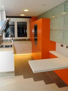 Cocina Lacada en Blanco y naranja - Portafolio de proyectos de interiorismo en Barcelona Interior Studio