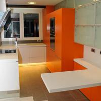 Cocina Lacada en Blanco y naranja - Thumb - Portafolio de proyectos de interiorismo y rehabilitación en Barcelona Interior Studio