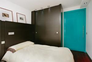 Habitacion con mobiliario de madera de wenge - Portafolio de proyectos de interiorismo en Barcelona Interior Studio