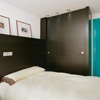 Habitacion con mobiliario de madera de wenge - Portafolio de proyectos de interiorismo y rehabilitación en Barcelona Interior Studio