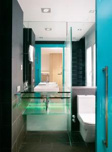 Cuarto de baño con puerta corredera - Portafolio de proyectos de interiorismo y rehabilitación en Barcelona Interior Studio